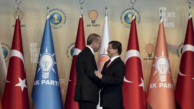Ex-Premier Erdogan (l.) mit Nachfolger Davutoglu am AKP-Parteitag