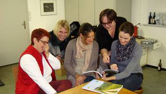 Die Kulturkommission freut sich über die neuste Ausgabe der Rückblende (von links): Miriam Studer-Liechti, Gabi Reimann-Treier, Sarah Reimann, Gemeindeschreiberin Martina Schütz und Andrea Treier (auf der Aufnahme fehlt Bruno Böller). mlw