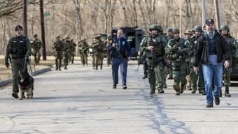 Ein Grossaufgebot der Polizei suchte mit Spürhunden und Helikoptern nach dem Studenten, der auf einem Uni-Campus in Michigan seine Eltern erschossen hat.