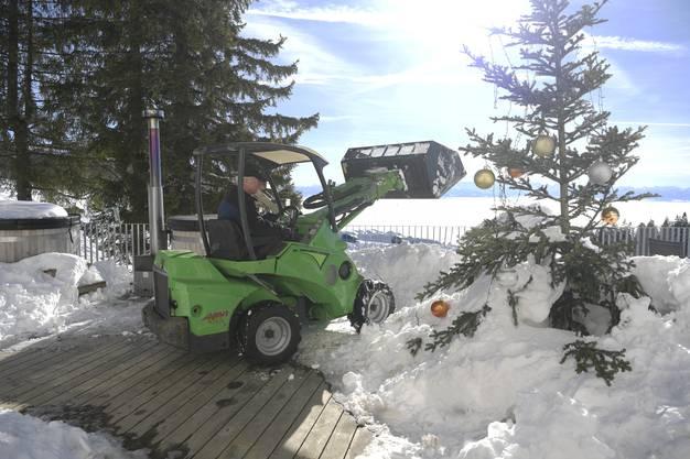 Die Terrasse wird vom Schnee befreit, denn am Nachmittag sollen die Gäste auch draussen sitzen können.
