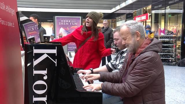 Ein Klavier bringt am Bahnhof Bern zusammen