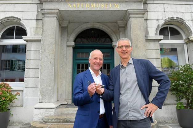 """Zur Finissage des Naturmuseums Olten, das in das neue Haus der Museen integriert wird, haben Stadtpräsident Martin Wey (links) und Peter Flückiger, Konservator des Naturmuseums Olten, symbolisch mit dem Bartschlüssel die Türen des """"alten"""" Naturmuseums geschlossen."""