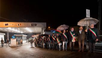 Protest gegen die Grenzschliessung: 20 Präsidenten von italienischen Gemeinden im Grenzgebiet zum Tessin versammeln sich vor dem Grenzübergang Cremenaga.