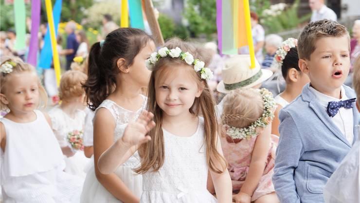 Die klassische Jugendfestgarderobe mit weissem Röckli und Blumenkränzchen sieht einfach immer wunderschön aus.