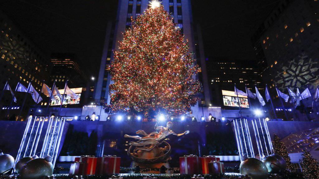 Lichter am Weihnachtsbaum vor dem Rockefeller Center angezündet