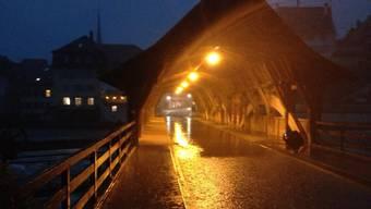 Heftiger Regen auf der Holzbrücke Bremgarten.JPG