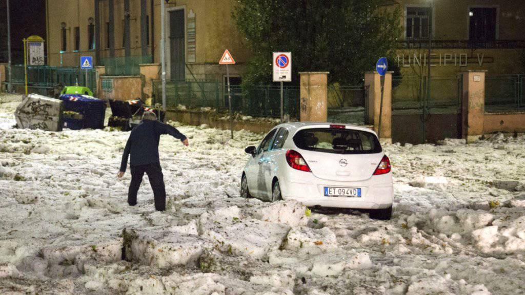 Wie Schnee im Oktober: Ein Hagel- und Regensturm hat den Verkehr in Rom ins Chaos gestürzt.
