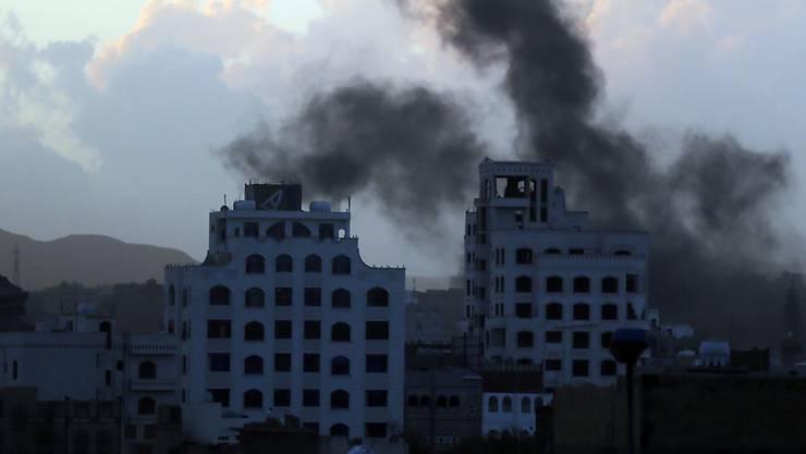 Rauch steigt auf über Gebäuden in Jemens Hauptstadt Sanaa nach Luftangriffen - UNO und Menschenrechtler beklagen Streubombeneinsätze in dem Konflikt.