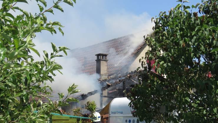 Nach einem Brandausbruch in einem Doppeleinfamilienhaus in einem Zofinger Wohnquartier rückten Feuerwehr und Polizei an den Einsatzort aus.