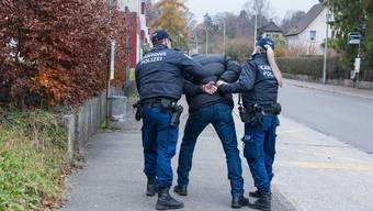 Die Kantonspolizei hat in Zusammenarbeit mit der Staatsanwaltschaft II vier Männer und eine Frau im Alter von 31 bis 46 Jahren verhaftet. (Symbolbild)