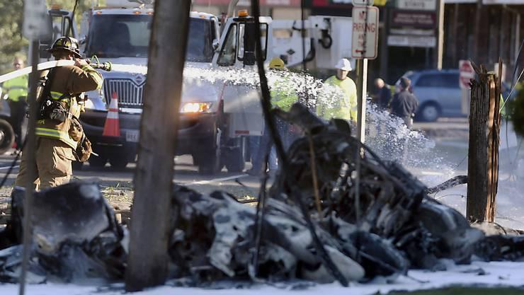 Das Kleinflugzeug stürzte in East Hartford in der Nähe einer Fabrik für Triebwerke militärischer und ziviler Flugzeuge ab. Das sorgte in den USA für Spekulationen, ob es sich um einen versuchten Anschlag handeln könnte. Die Behörden gehen eher von einem Suizid aus.