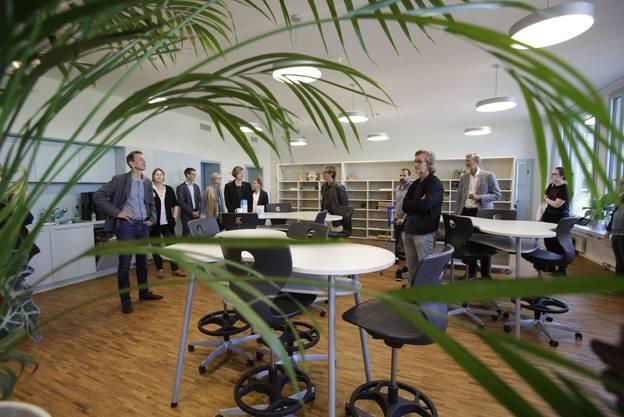 Architekt Stefan Häuselmann (vorne im Bild) erläutert die architektonische Idee der Systembauweise, hier im Lehrerinnen- und Lehrerzimmer.