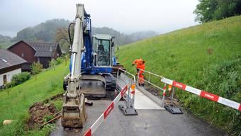 Vor Pfingsten wurden die Entwässerungsleitungen quer zur Bergstrasse ersetzt, deshalb können nur Fussgänger und Velofahrer die Baustelle passieren.