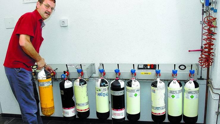 Luft zum Atmen: Auch das Auffüllen der Sauerstoffflaschen für den Atemschutz gehört zu den Aufgaben von Gottfried Arnold – notabene nicht nur für die Stützpunktfeuerwehr Solothurn, sondern auch für andere Korps in der Region. (nst)