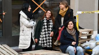 Vier der sechs «Kaffeetanten»: Deborah Lüthy, Mercan Kunduru, Melany Paolo und Meral Uluçam-Kunduru (von links) auf der Baustelle ihrer künftigen Wirkungsstätte.