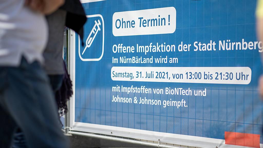 Auf einem Banner am Eingang des Freizeitparks «Nürnbärland» wird für eine Impfaktion geworben. Foto: Daniel Karmann/dpa