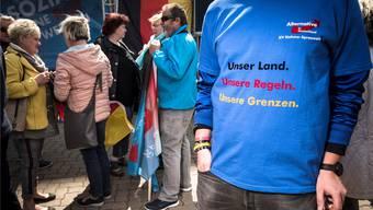 AfD-Anhänger in Berlin: Für den Kriminologen Christian Pfeiffer trägt die Partei eine Mitschuld an der neuen Schärfe der politischen Auseinandersetzung.
