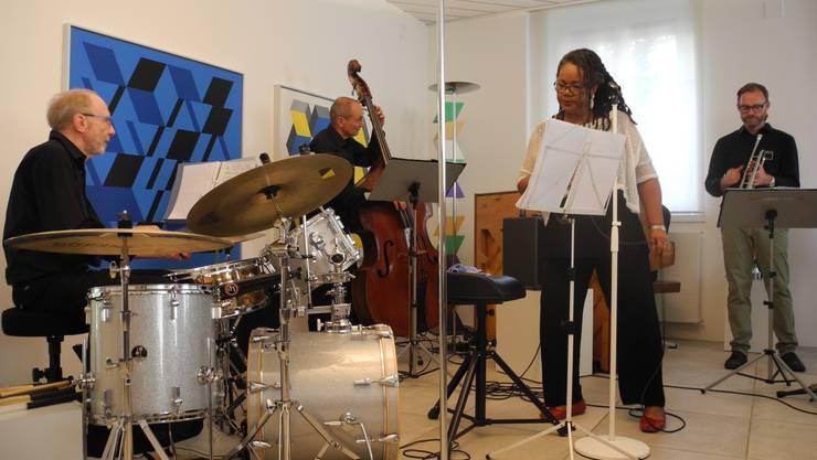 Jazz im Atelier von René Gubelmann, Formation Jazz-Quadrat: René Gubelmann (Schlagzeug),Thomas Brupbacher (Piano), Jürg Zimmermann (Trompete) und Franz Winteler (Bass) und die Sängerin Samira Mall.