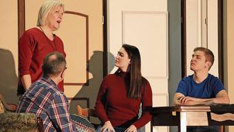 Die Raubtierdompteuse Hilda Locher (Irène Ziörjen) bezweifelt mit Thomas Locher (Benjamin Waber) und dessen Freundin (Dilana Aydin), ob sie ihren Bruder, den Gemeindepräsidenten Eugen Locher, für den Zirkus gewinnen kann.