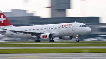 Ein Flugzeug der Swiss hebt am Flughafen Kloten ab.