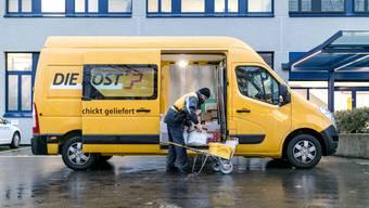 Mit der Fahrt nach Aarau wird für die  Schönenwerder Pöstlerinnen und Pöstler die tägliche Tour nun länger. (Symbolbild)