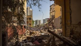 Zerstörte Gebäude und Trümmer sind aus einem Raum zu sehen, in der Nähe des Ortes der verheerenden Explosion im Hafen Beiruts. Foto: Hassan Ammar/AP/dpa
