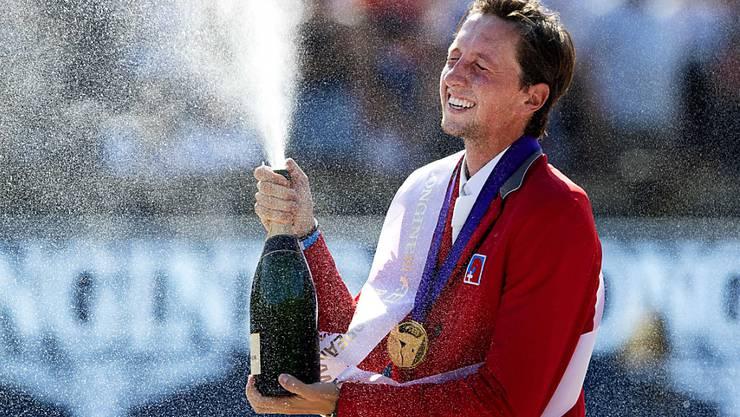 Die Champagner-Dusche für den Europameister Martin Fuchs.