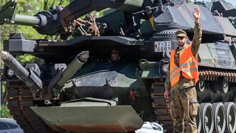 ARCHIV - Mit der kombinierten Übung «Brave Departure» trainiert die Streitkräftebasis die Verlege- und Einsatzfähigkeit der Schnellen Eingreiftruppe («Very High Readiness Joint Task Force» - VJTF) ins Baltikum. Foto: Robert Michael/dpa-Zentralbild/dpa