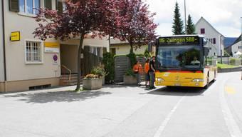 Halteverbot: Das Postauto hält nur noch bis Ende Monat vor der Brislacher Post. Ab 1. Juni wird eine provisorische Haltestelle eingerichtet. Roland Bürki