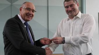 Gemeindepräsident Peter Weber heisst den neuen Gemeinderat Pascal Kläusler (r.) willkommen.