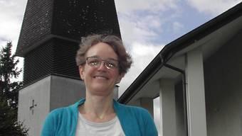 Gabi Wartmann, die neue reformierte Pfarrerin vor ihrem neuen Arbeitsort.