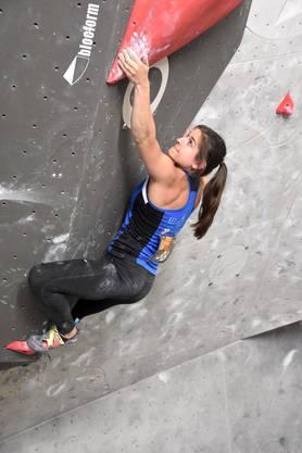 Rebekka Stotz (Bülach) zeigt im Final der Schweizer Boulder-Meisterschaften eine starke Leistung und klettert als Dritte auf das Podest.