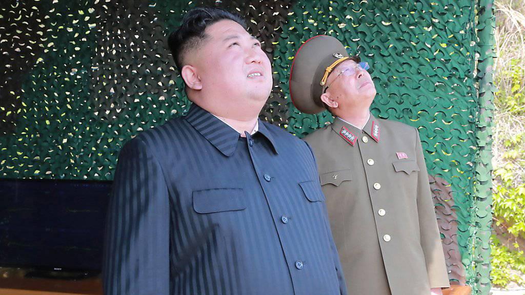 Das Säbelrasseln geht weiter: Nordkoreas Machthaber Kim Jong Un ordnete laut der staatlichen Nachrichtenagentur KCNA eine Militärübung zu einem «Langstrecken-Angriff» an. (Archivbild)