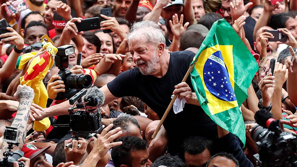 Anhänger feiern aus Haft freigelassenen Lula bei São Paulo