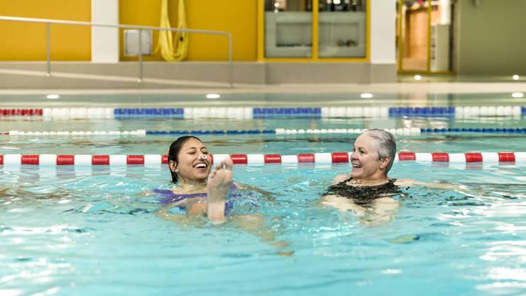 Schwimmlehrerin Ursi Hintermeister führt die Redaktorin im Hallenbad Geroldswil in die Kunst des Synchronschwimmens ein.