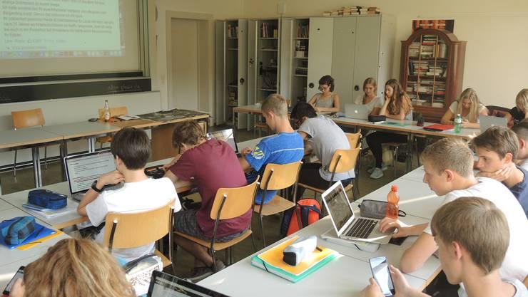 Technische Geräte dominieren das Schulzimmer: Die Wettinger Kantonsschüler analysieren einen Artikel über digitalen Journalismus.