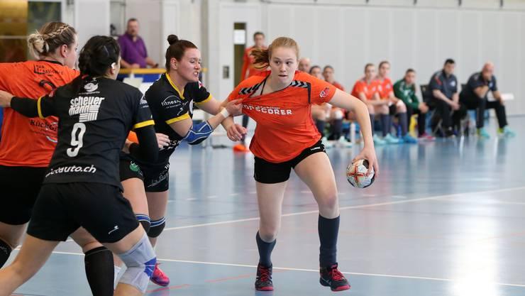 Alina Stähelin (r.) war die Topscorerin vergangenem Samstag der HSG Leimental.