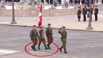 Gut 2000 Militärs präsentierten sich am 14. Juli - dem Nationalfeiertag Frankreichs - Präsident Macron. Darunter auch vier Vertreter der Schweizer Armee. Doch das Defilieren ging wohl etwas schief.