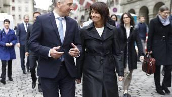 Bundespräsidentin Doris Leuthard im Gespräch mit dem liechtensteinischen Regierungschef Adrian Hasler.