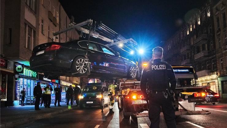 BMW am Haken: Clan-Mitglieder sind häufig in Luxuskarossen unterwegs, obwohl sie Arbeitslosengeld beziehen.