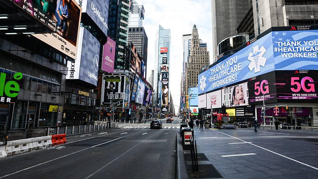 FILED - Der Time Square ist während der anhaltenden Corona-Maßnahmen menschenleer: Ab Juli sollen sich New Yorks Straßen jedoch wieder füllen. Photo: Marcus Santos/ZUMA Wire/dpa