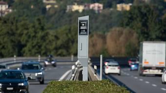 Mit 144 km/h statt der erlaubten 80 km/h war eine Autofahrerin am Donnerstag auf der A3 am Zürichsee unterwegs. (Symbolbild)