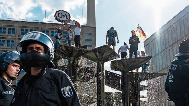 Polizeiaufgebot an einer Demo gegen die Coronamassnahmen in Berlin.