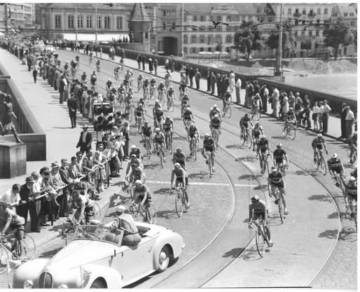 Das Peloton rollte schon in der 30er Jahren über die Mittlere Rheinbrücke. Willi Erzberger war damals noch nicht live vor Ort. Doch diese Bilder haben sich trotzdem eingebrannt.