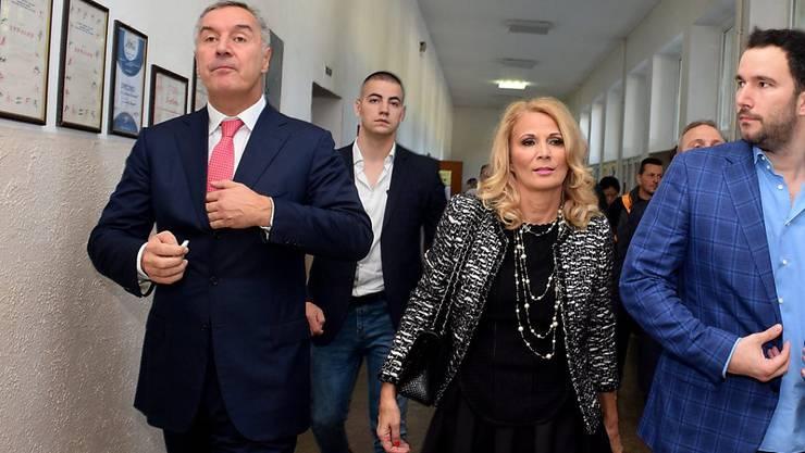 Amtsältester Premier Europas: Montenegros Regierungschef Milo Djukanovic schreitet zur Stimmabgabe.
