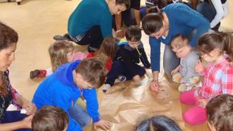 Frühförderung: Kinder und Mütter an einem der Gruppentreffen des Programms «schritt:weise». zvg