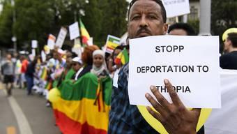 Äthiopierinnen und Äthiopier demonstrieren auf dem Berner Helvetiaplatz gegen ein EU-Abkommen, das auch der Schweiz erlaubt, Asylsuchende nach Äthiopien abzuschieben.