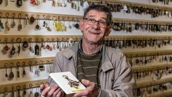 Matthias Vogt, genannt «Disli», in seinem Schlüsselanhänger-Museum.