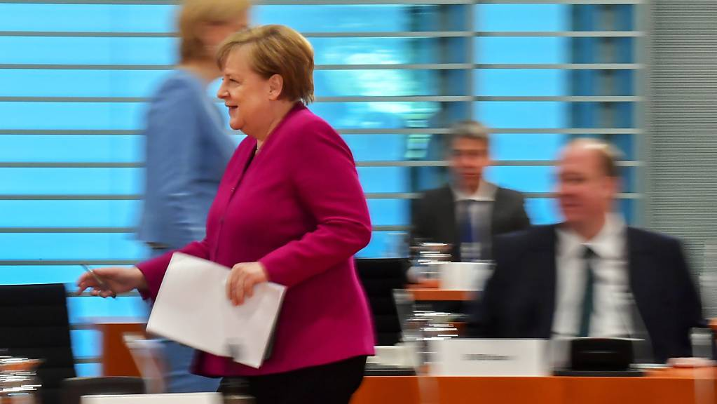 Bundeskanzlerin Angela Merkel (CDU) kommt zur Kabinettssitzung. Foto: Tobias Schwarz/AFP-Pool/dpa