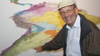 Akribische Handarbeit: Ueli Läuppi vor einer seiner Karten (Quelle: Gletschergarten)